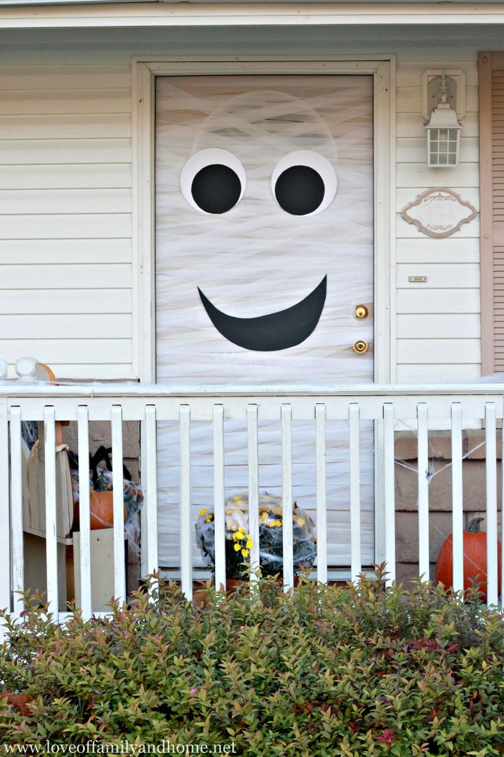 Cute halloween door decorations - Mummy Halloween Door