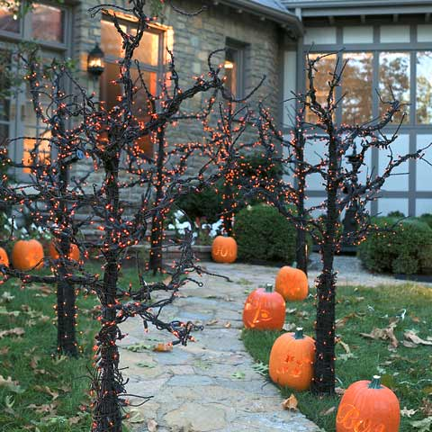 50 best diy halloween outdoor decorations for 2018 for Tree decorations for garden