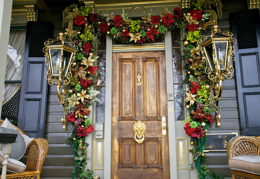 dramatic old fashioned garland decor - Best Christmas Door Decorations
