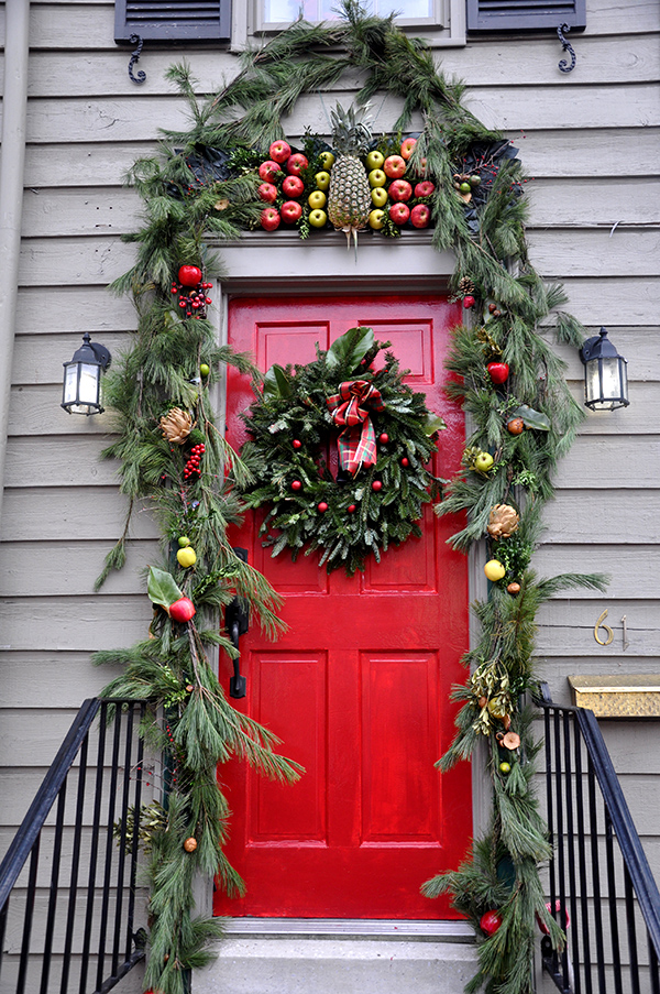 Marvelous Leafy Green Doorway And Wreath Decoration Idea Design