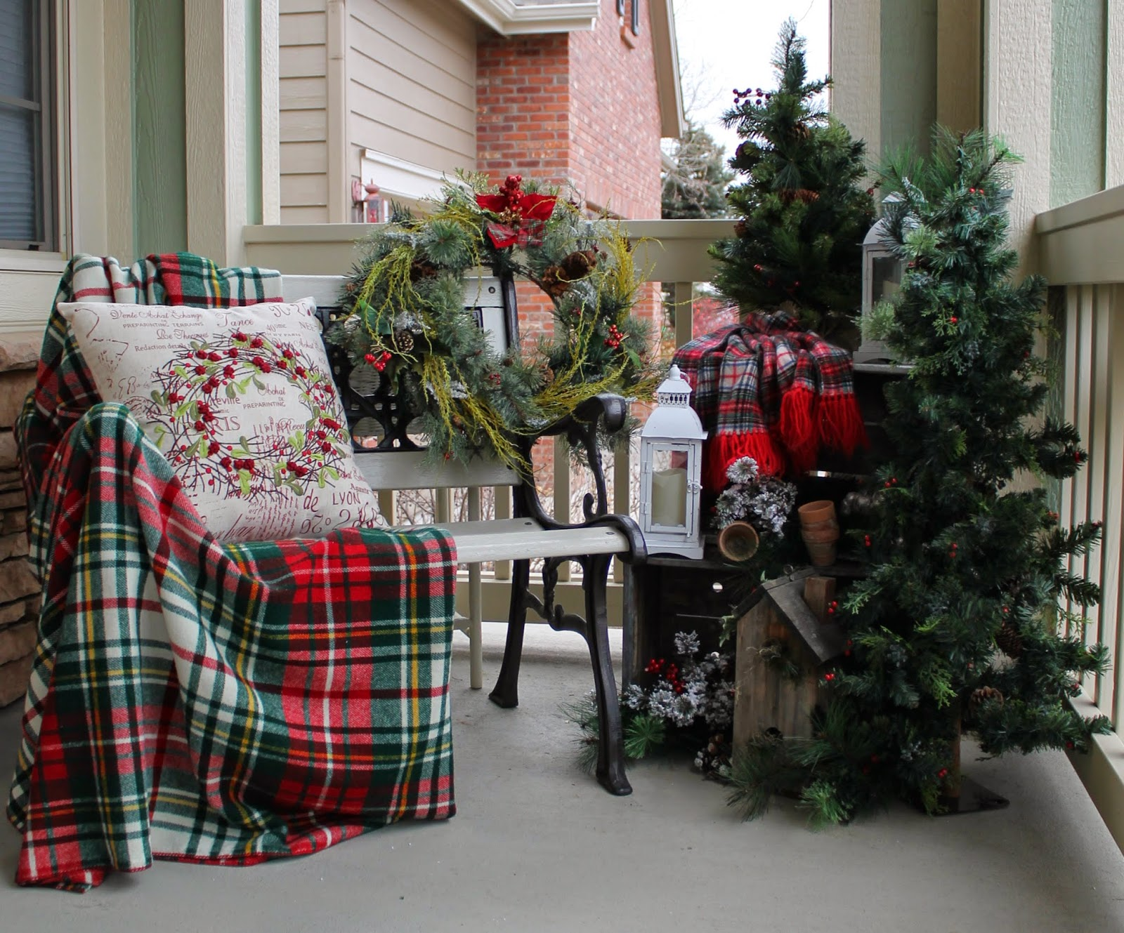 Outdoor decorating for christmas - Holiday Welcome Bench