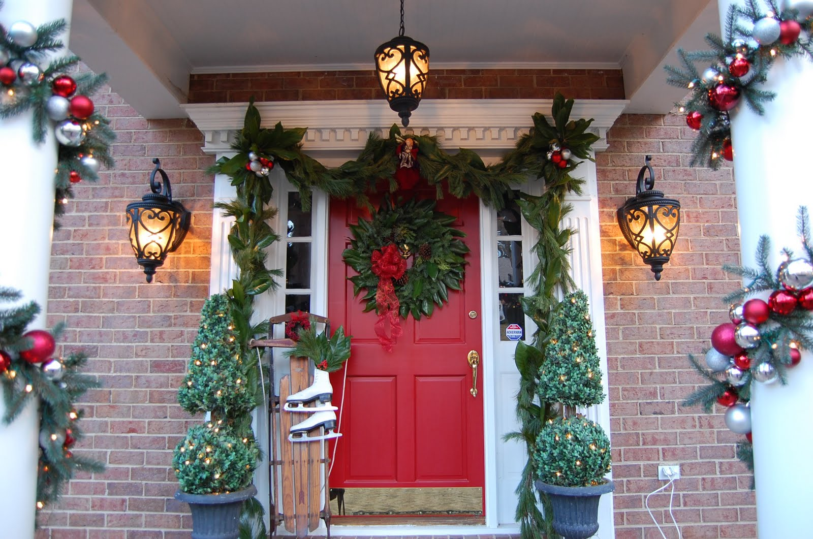 50 best outdoor christmas decorations for 2016 for Door garland christmas