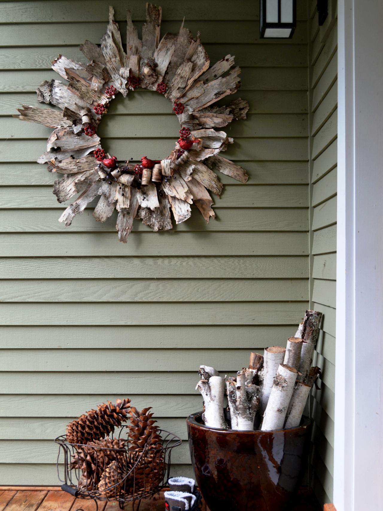 Outdoor wooden christmas decor - Repurposed Wood Shavings Wreaths Christmas Decoration Idea