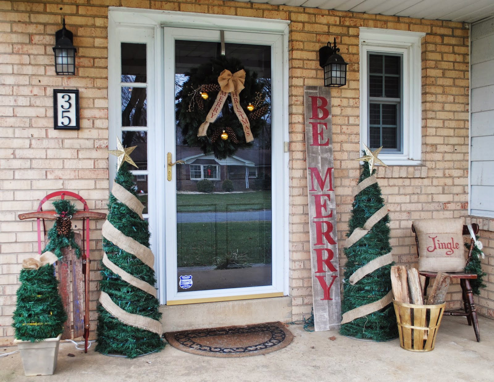 Outside christmas door decorations - Spread The Holiday Cheer By Upcycling