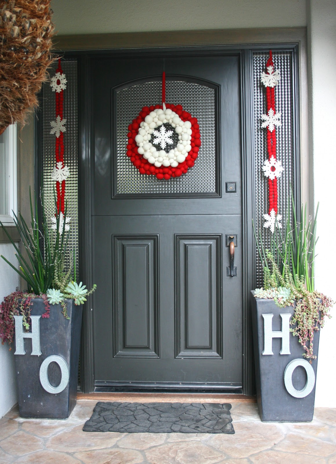 50 best christmas door decorations for 2017 for Wooden door ideas