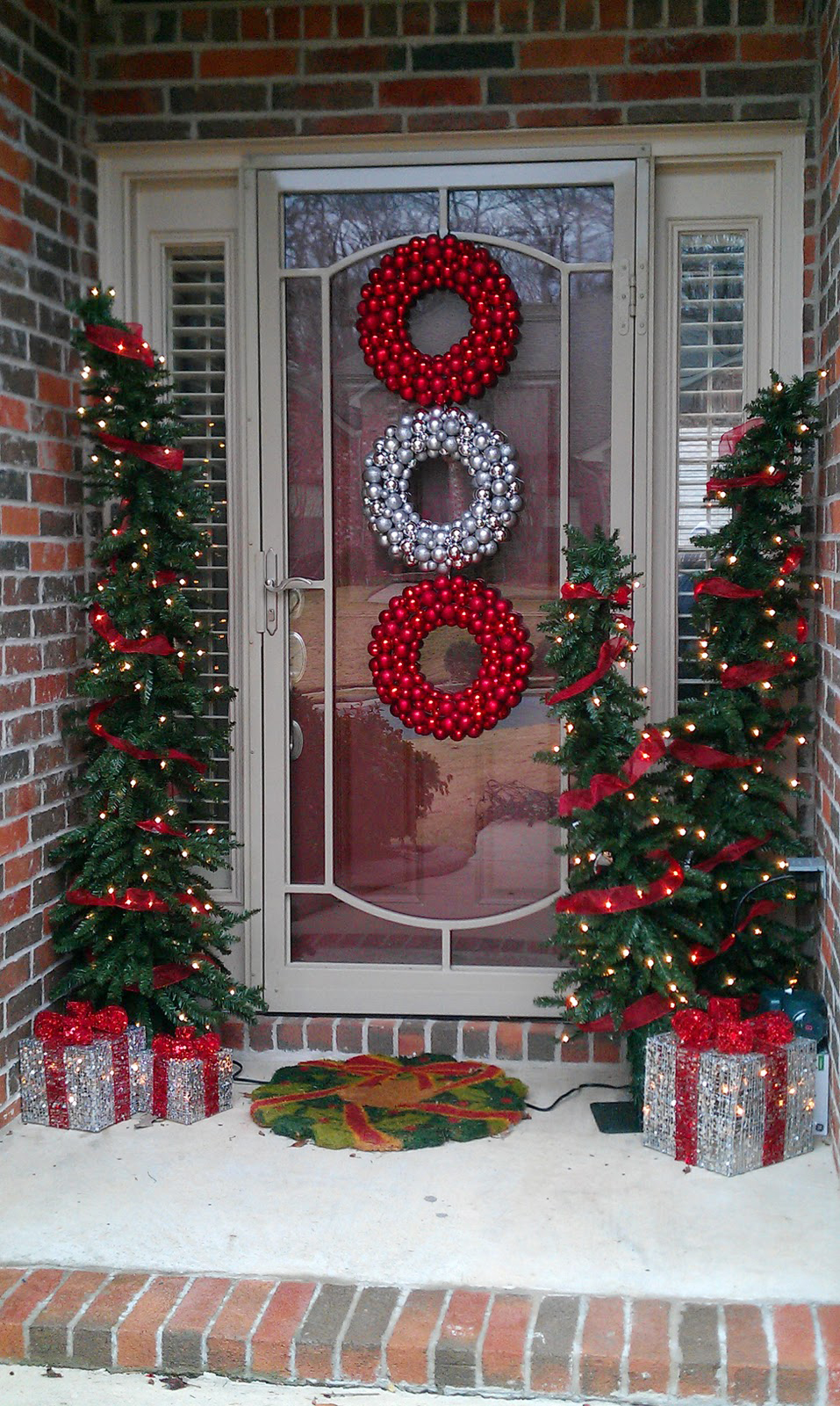 50 best outdoor christmas decorations for 2018 for Door garland christmas