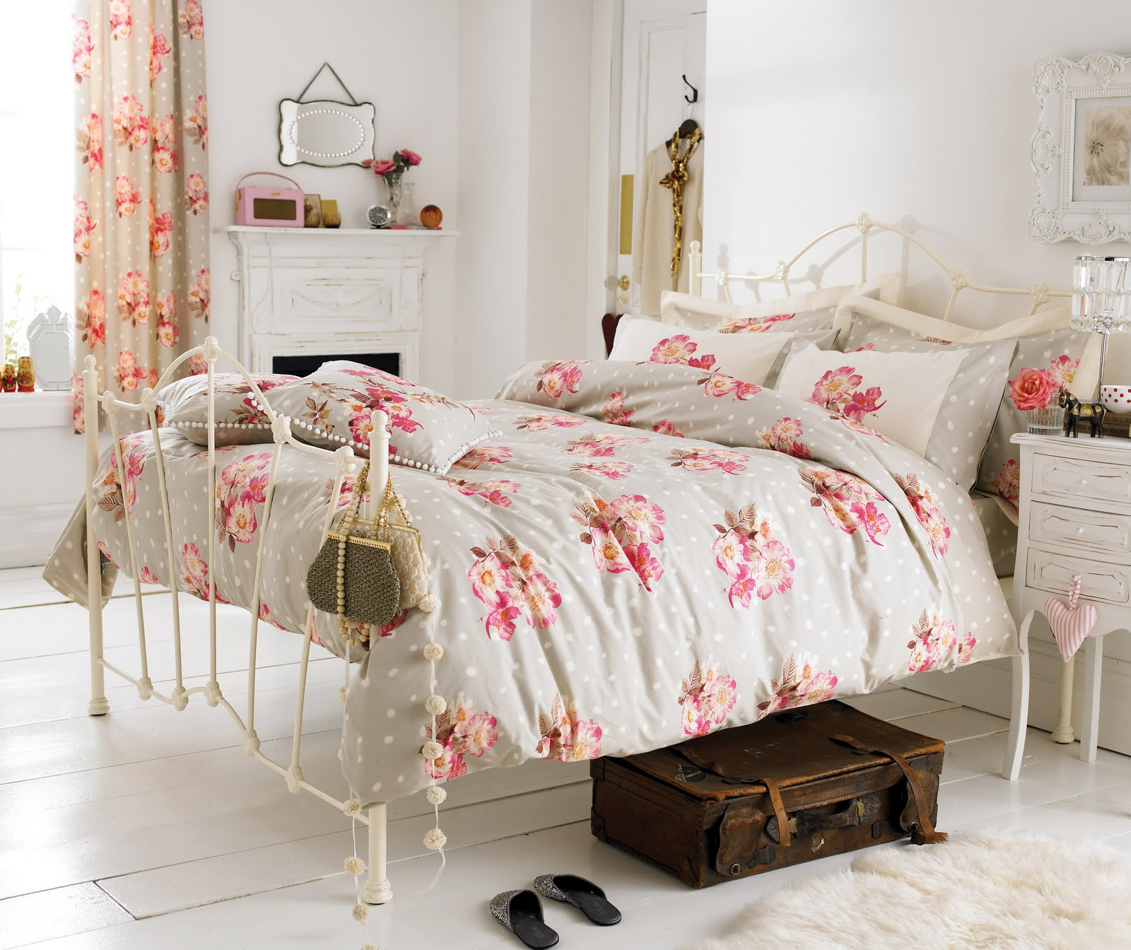 shabby chic in white - White Bedroom Decorating Ideas