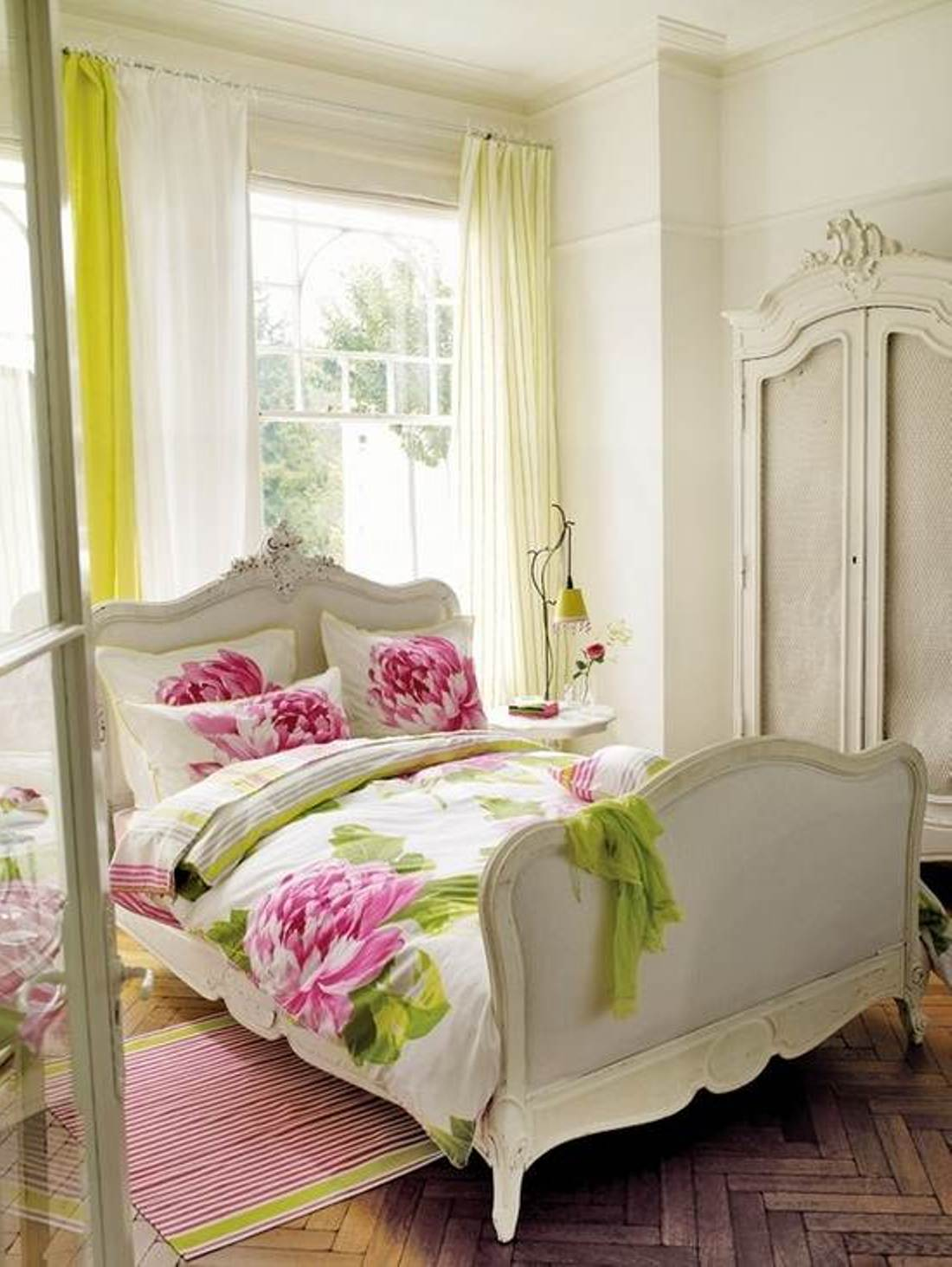 50 best bedrooms with white furniture for 2019 for Bedroom flower decoration images