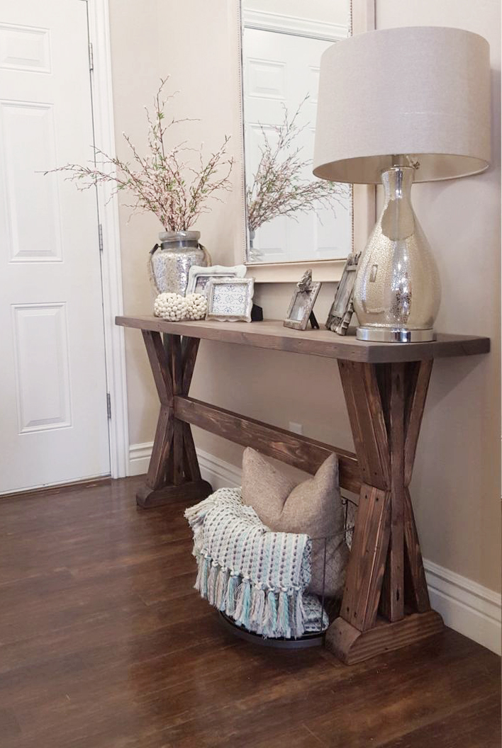 Neutral Rustic Entryway Decorations Bring out Textures