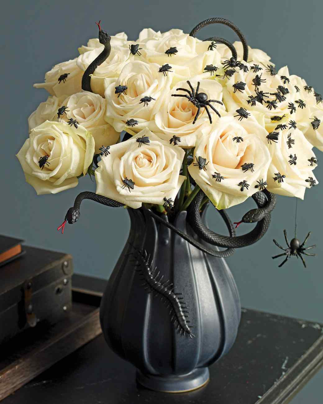 26 a creepy crawlies haven - Halloween Table Decorations