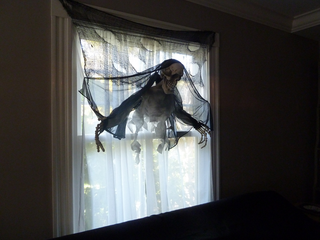 The 33 Best Halloween Window Decorations For 2018 & Halloween Window Decorating Ideas - Elitflat