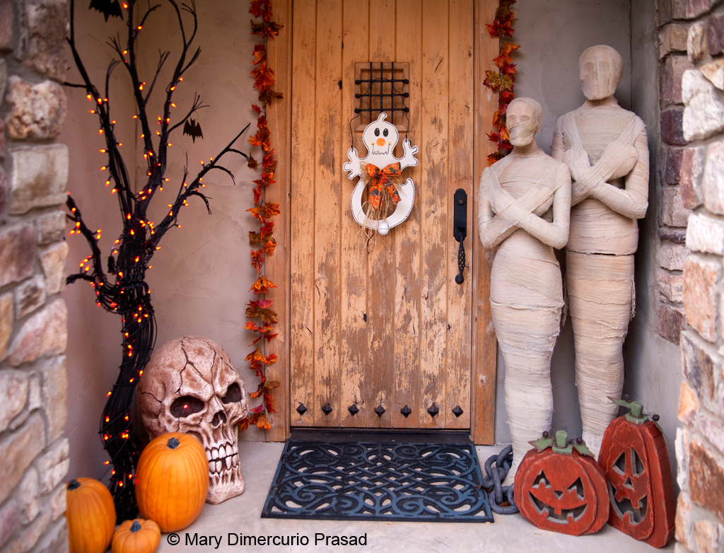 32 a spooky welcome - Halloween Porch Decorating Ideas