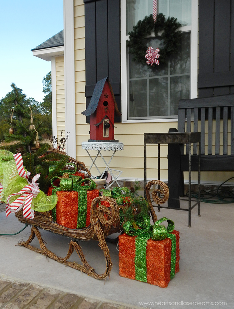 50 best christmas porch decoration ideas for 2017 for Patios decorated for christmas