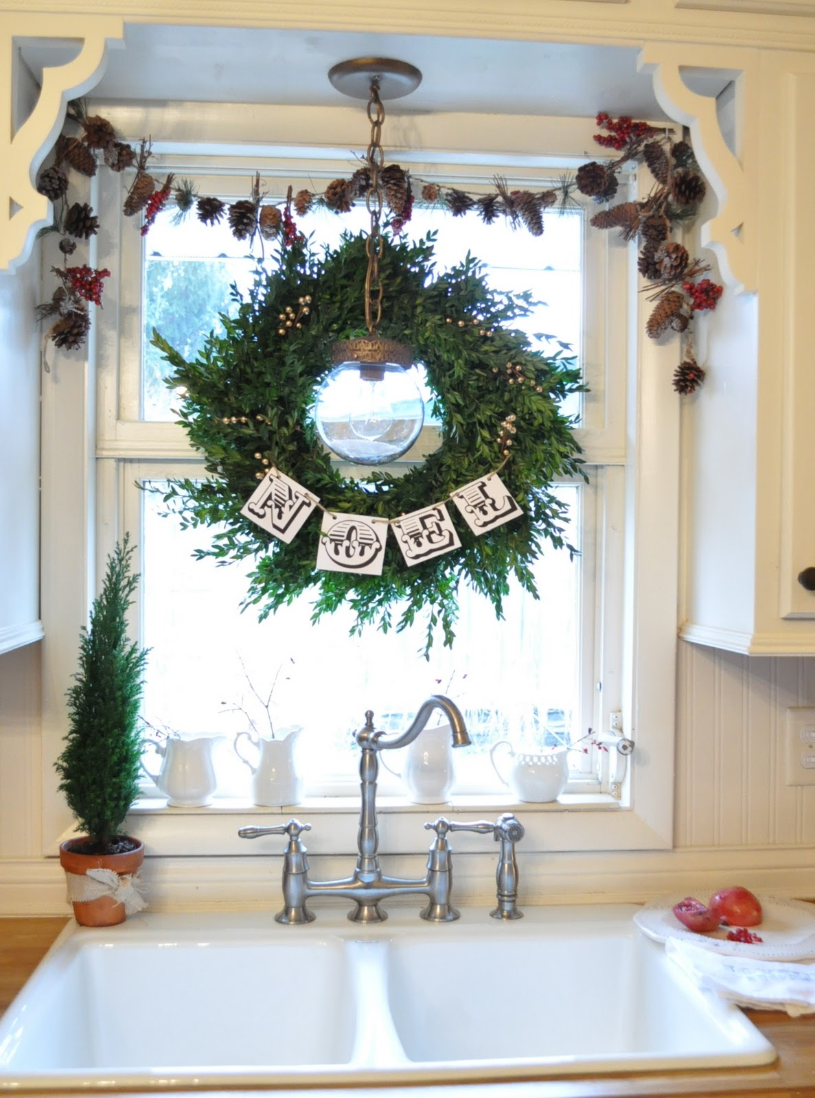 Indoor window christmas decorations - 41 Beautiful Decor Ideas For Your Kitchen