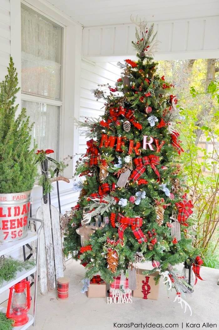 festively rustic outdoor christmas tree design