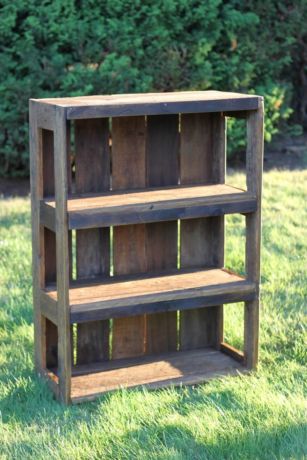 Simple Rustic Recycled Pallet DIY Bookshelf Design