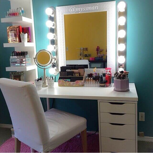 Glamorous Professional Style Vanity With Storage Drawers