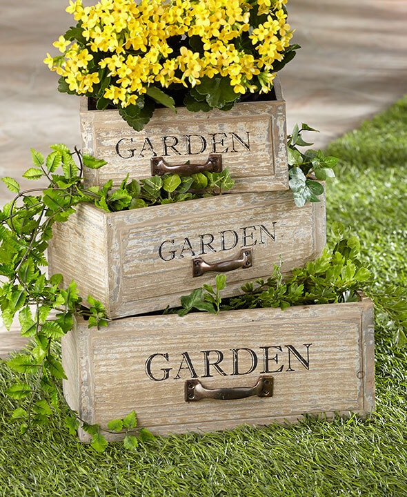34 best vintage garden decor ideas and designs for 2017 for Wooden garden decorations