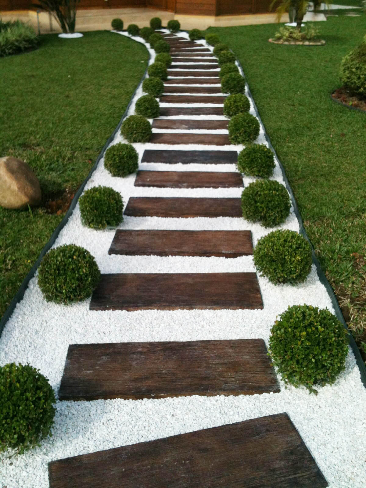 1 clean stone and wood ladder effect - Garden Path Ideas