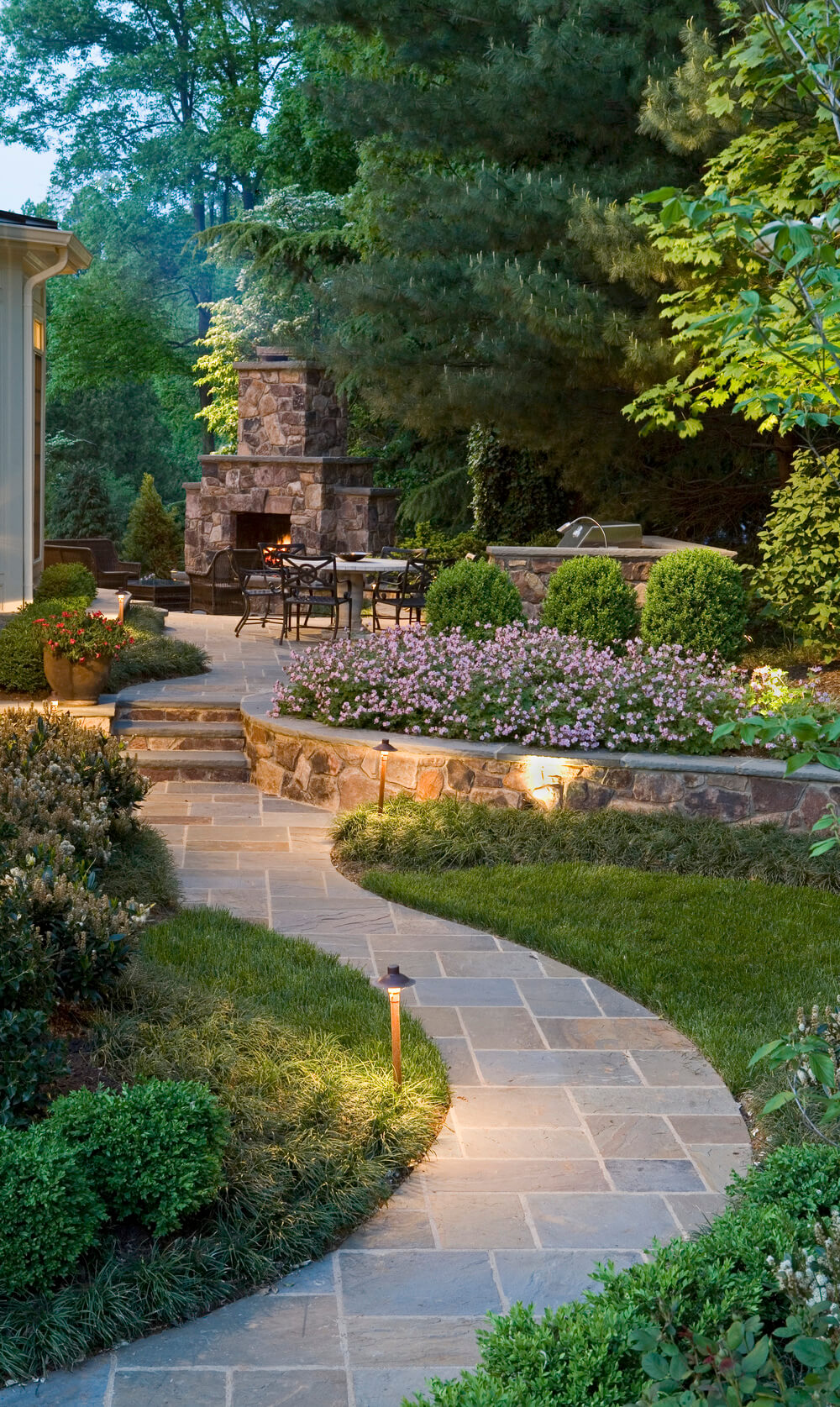 13 pair regular angles with a winding walkway - Garden Path Ideas