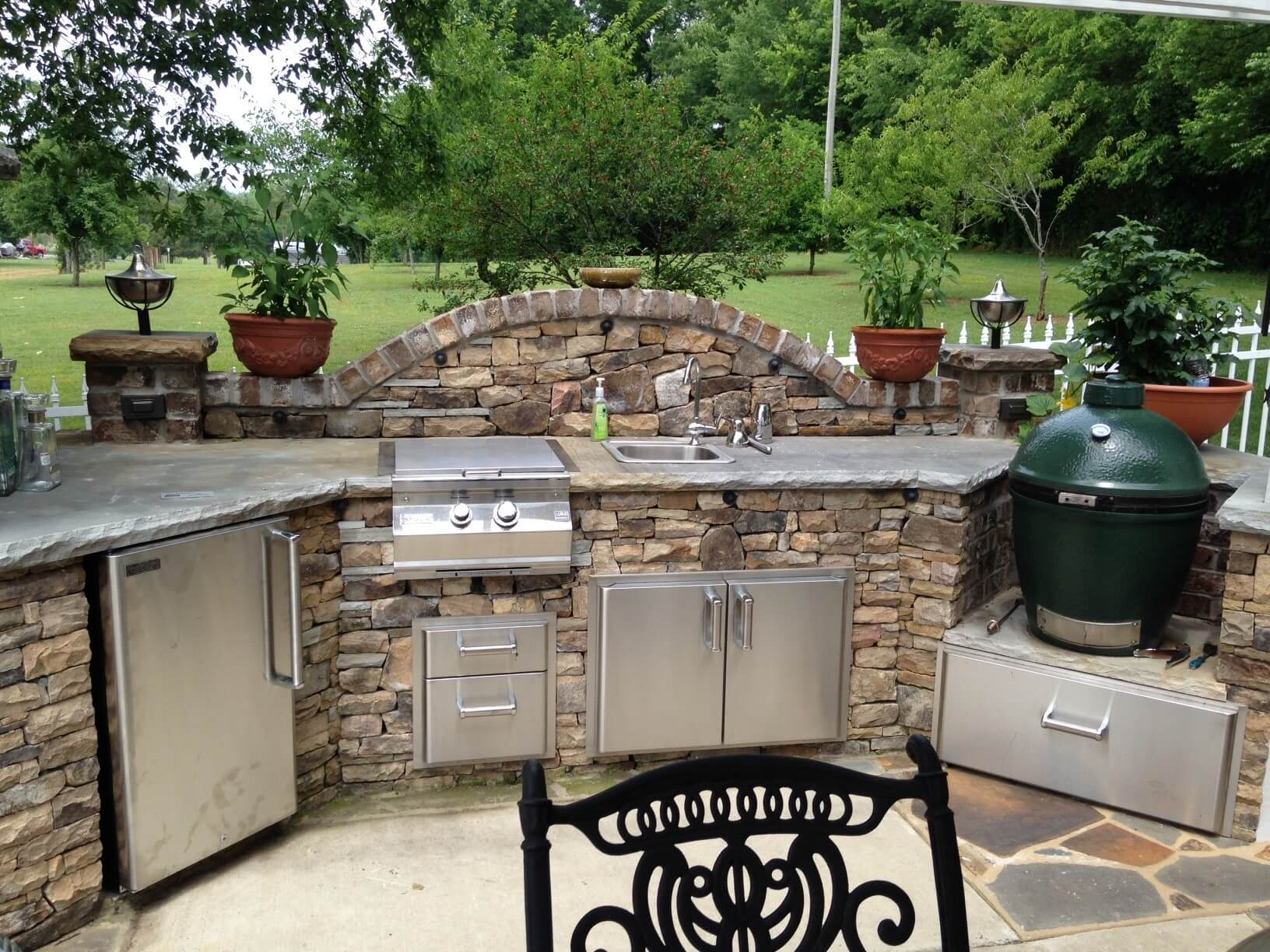 17 functional and practical outdoor kitchen design ideas for Small backyard outdoor kitchen