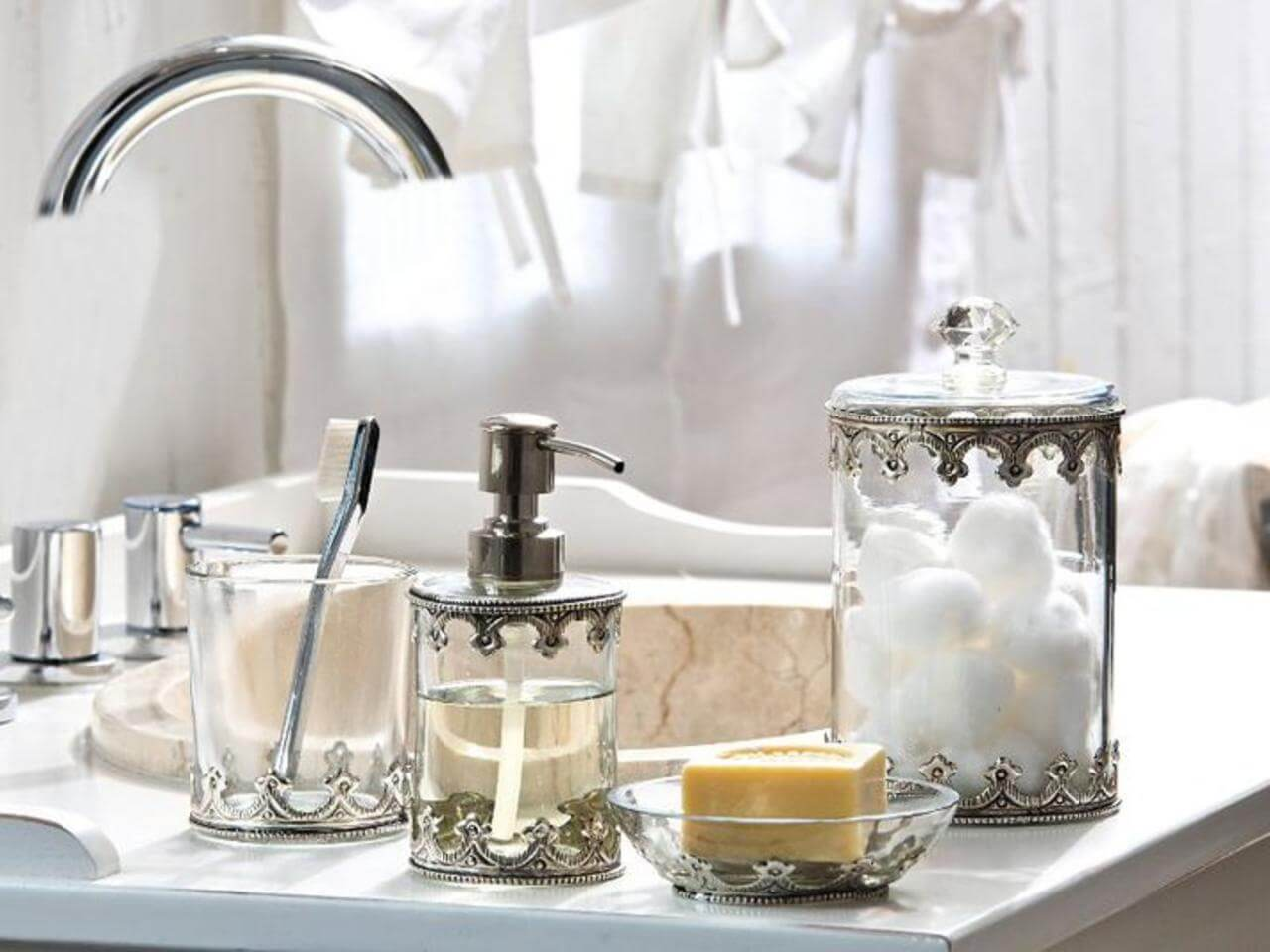Incroyable Vintage Inspired Metal And Glass Bathroom Accessories