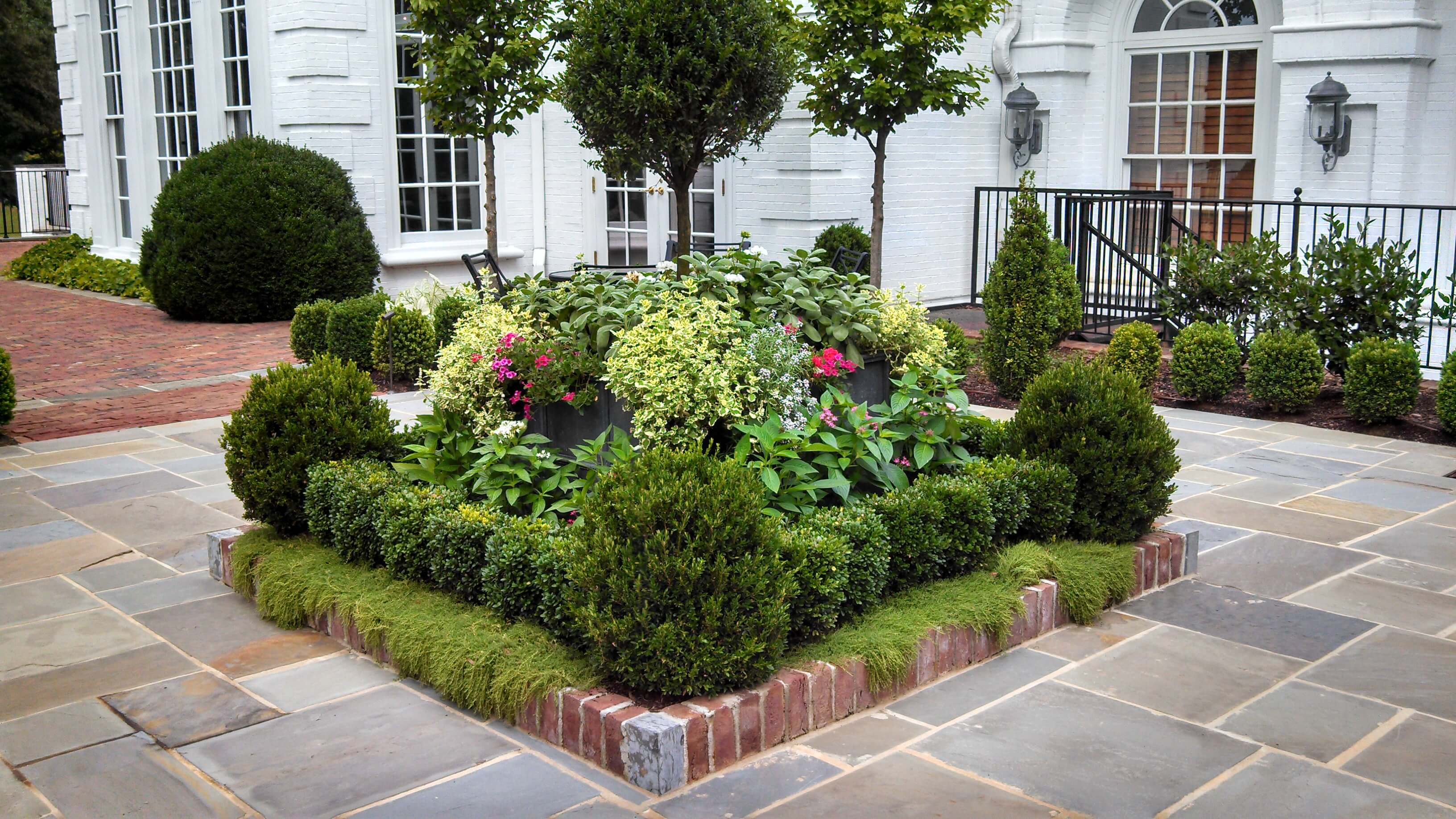50 best front yard landscaping ideas and garden designs for Garden design for front gardens