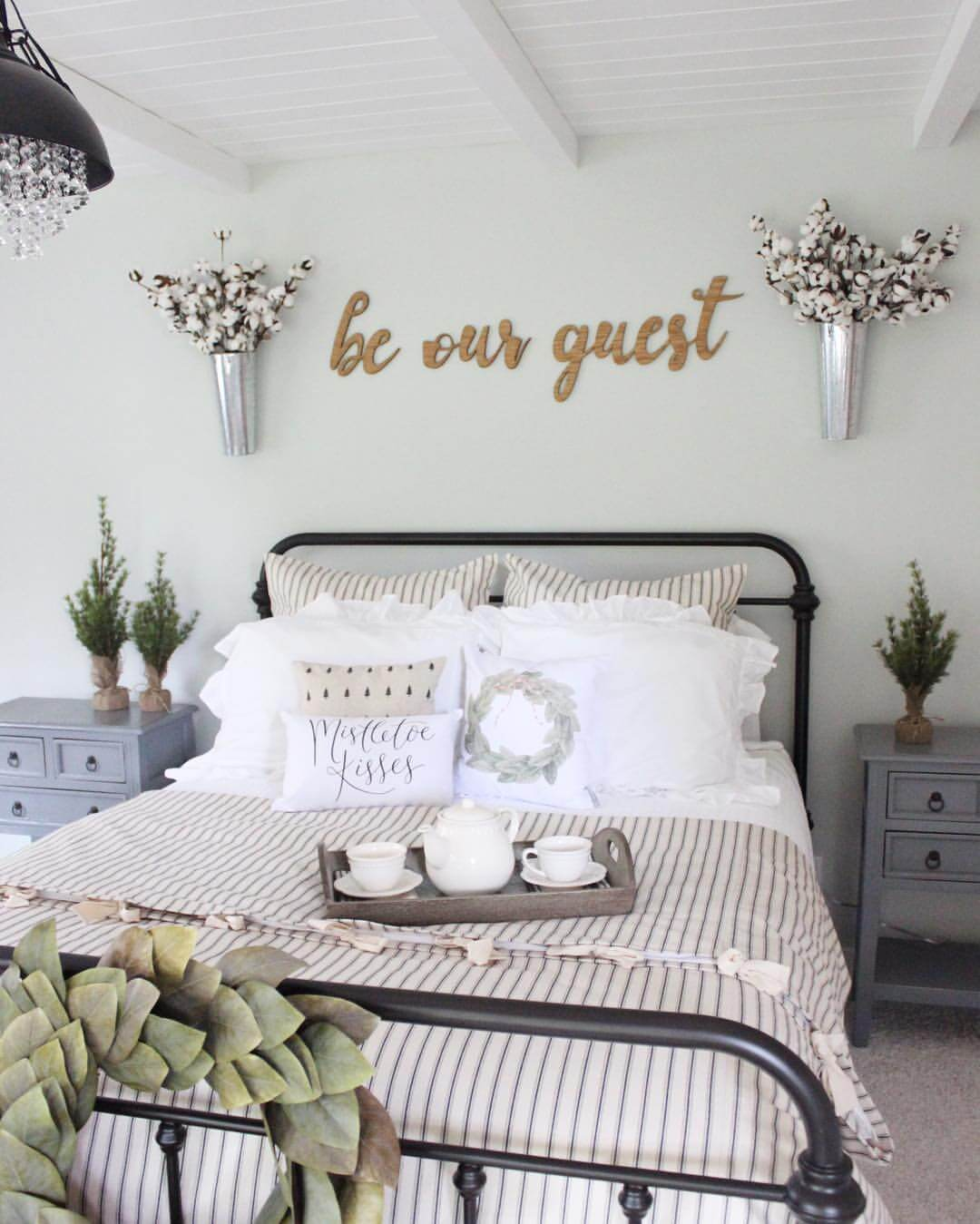 39 best farmhouse bedroom design and decor ideas for 2018 for Farmhouse guest bedroom