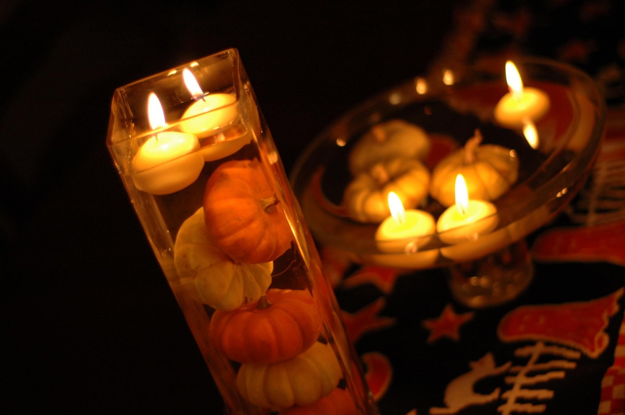 Plovoucí svíčky vznášející se nad dýní