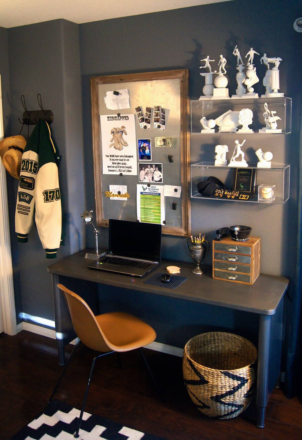 Charmant Trophy Display Teen Boy Room Idea