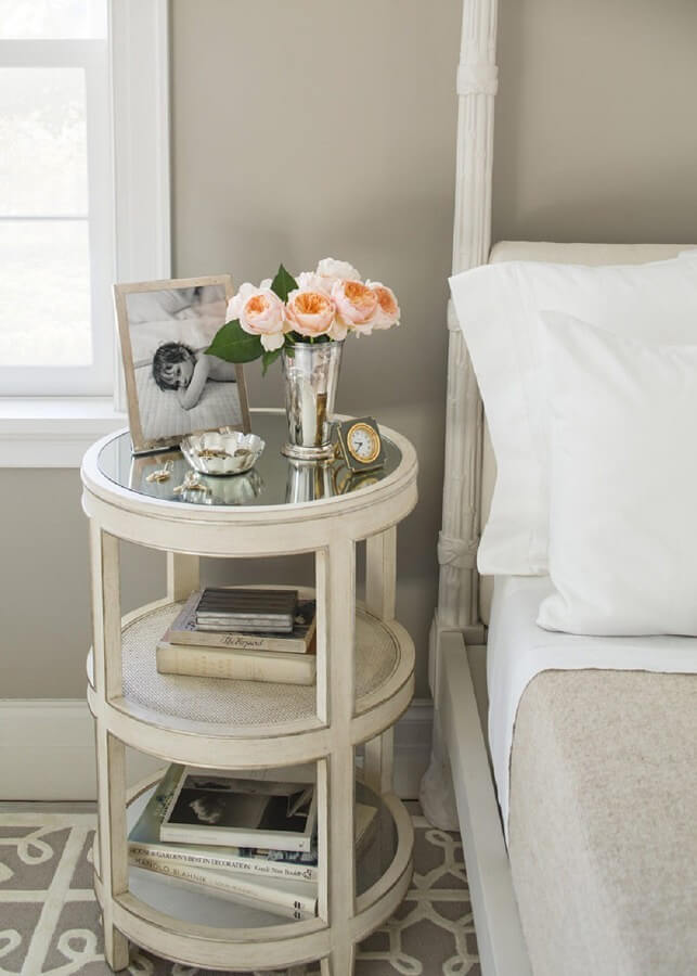 Rounded Victorian-styled Table for the Feminine Side