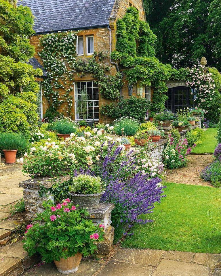 45 best cottage style garden ideas and designs for 2018 for Classic house with flower garden