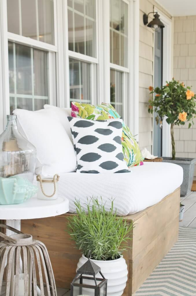 Relaxed Tropical Style for your Front Porch
