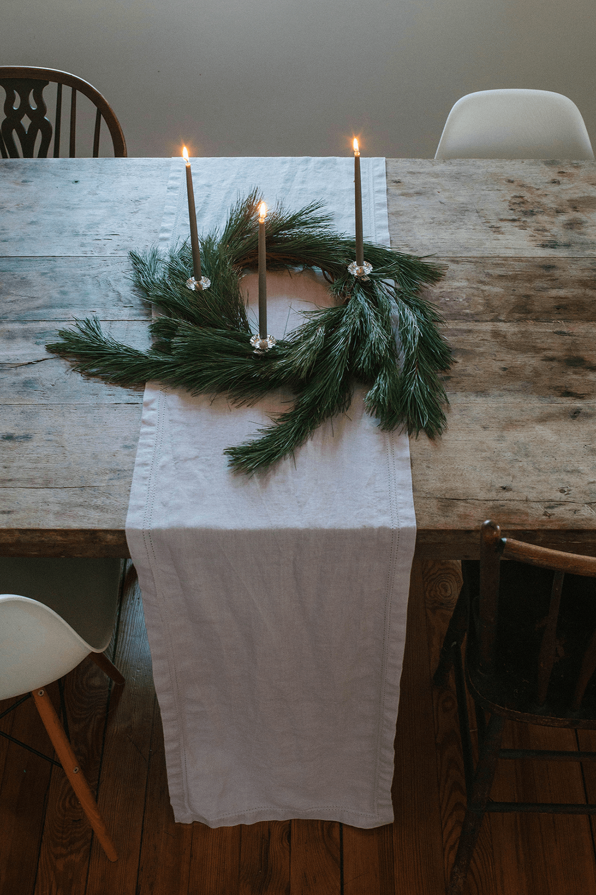 A Simple Arrangement of Wreath and Candles