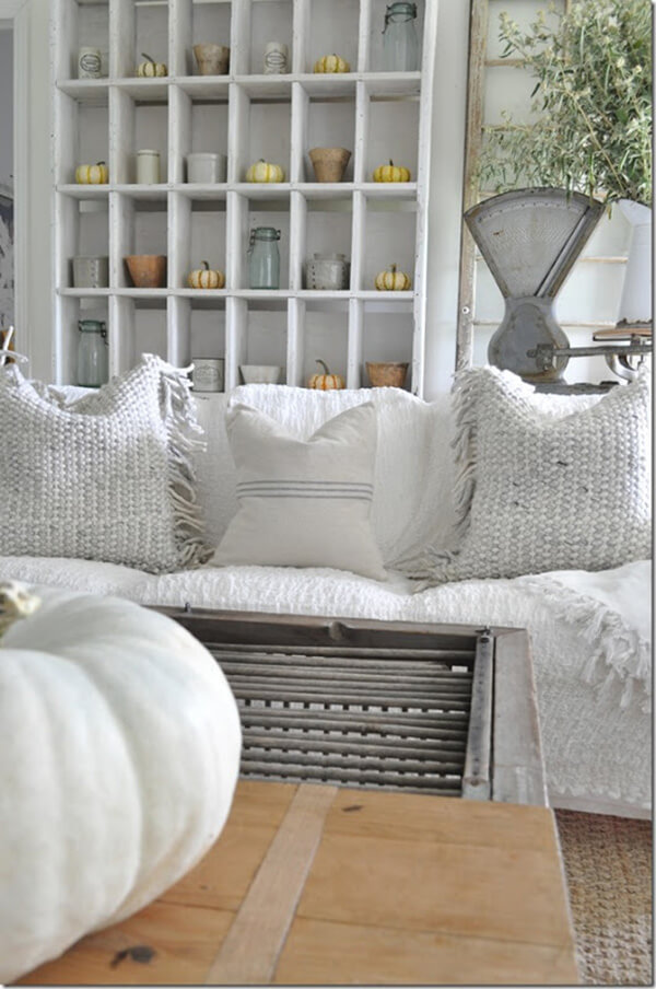 Welcoming and Intriguing Vintage Farmhouse Décor