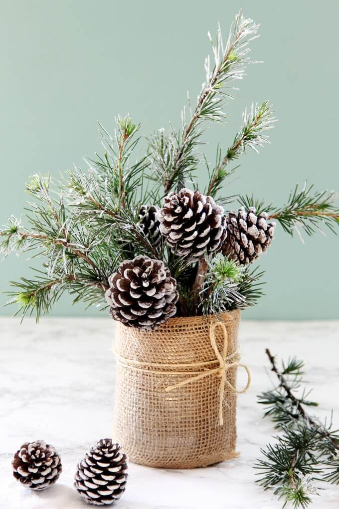 A Simple, Snowy Table Decoration for the Winter