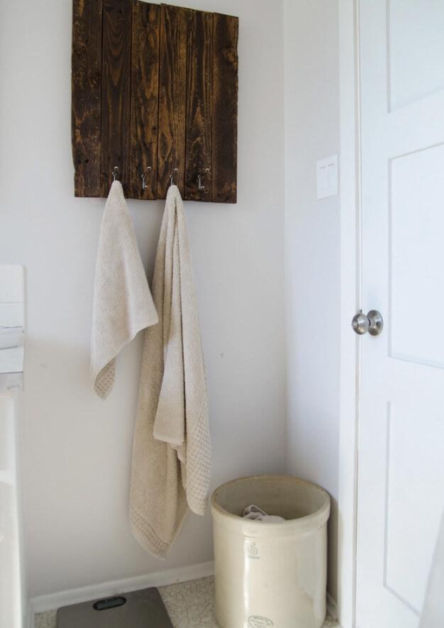Practical Farmhouse-Style Pallet Towel Rack