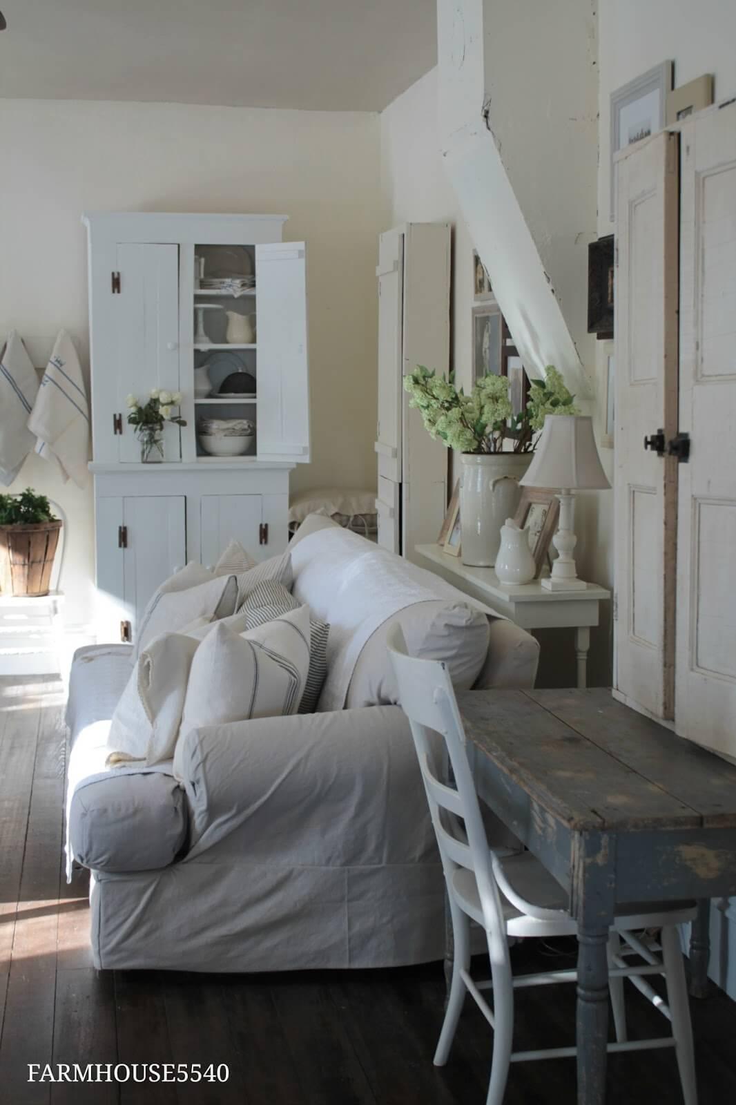 Welcoming Bright Rustic Living Room Setup