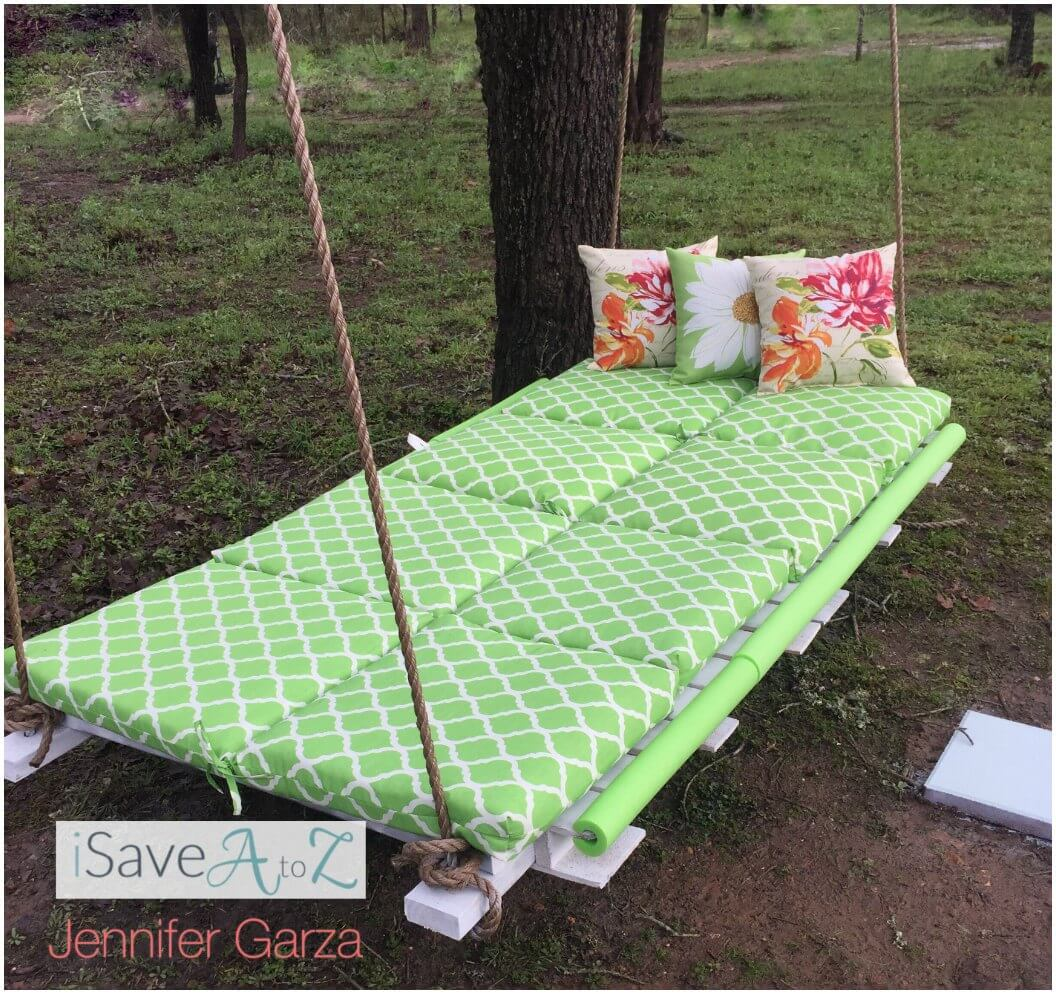 A Dreamy Pallet Swing Perfect for Relaxing