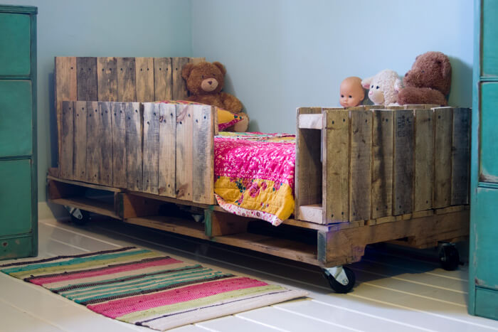 Cool Rustic Toddler Pallet Bed