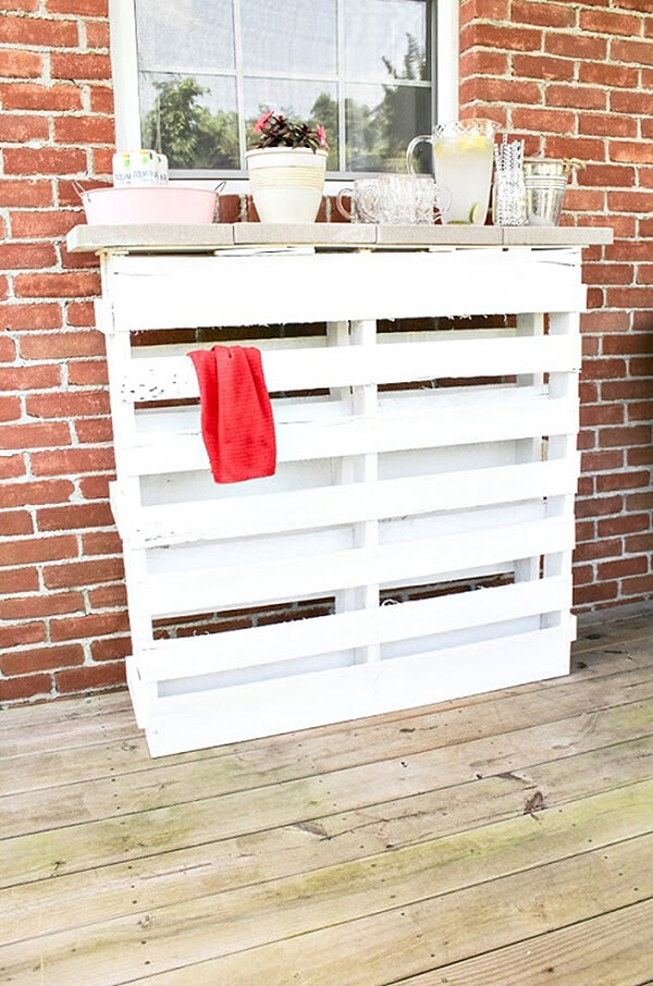 Simple Painted Pallet Outdoor Bar