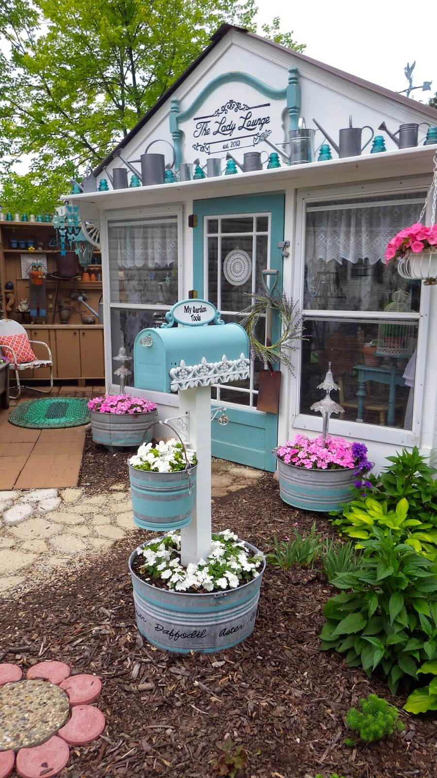 Lady Lounge with Mailbox in Teal & White
