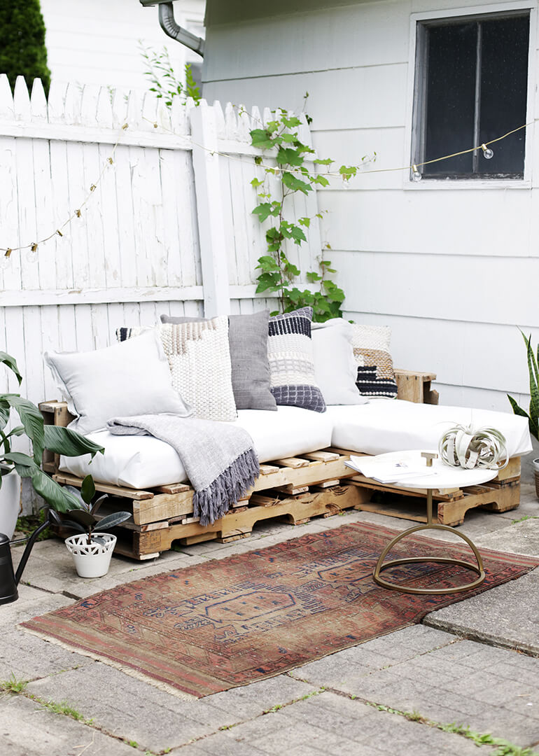 Easy DIY Outdoor Pallet Couch with Chaise