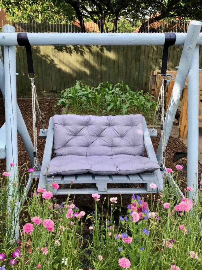 Freestanding Outdoor Cushioned Pallet Swing