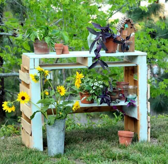 Pretty Painted Pallet Outdoor Garden Center